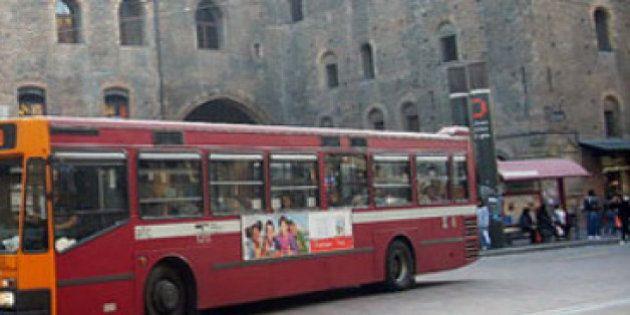Autista insulta e picchia a Bologna ragazza di origini marocchine perché tarda a scendere dal bus.