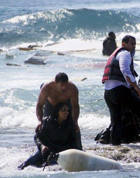 Il soldato greco salva l'eritrea: la foto simbolo della disperazione dei migranti e del coraggio di chi...
