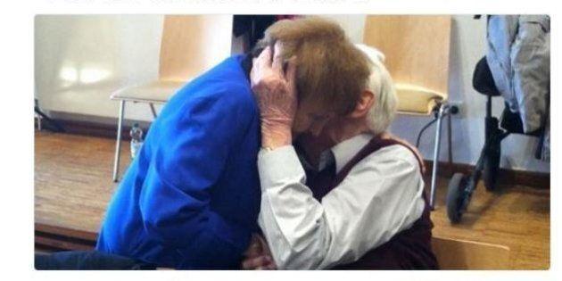 Ex soldato nazista Oskar Groening bacia la sopravvissuta ad Auschwitz Eva Kor durante il processo
