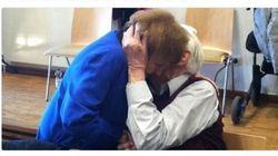 La sopravvissuta di Auschwitz bacia l'ex soldato nazista
