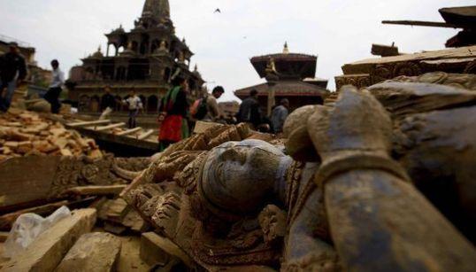 Templi, stupa e palazzi ridotti in macerie