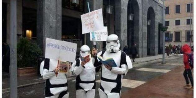 Varese, a manifestare contro le Sentinelle in Piedi arrivano anche persone travestite da Star Wars