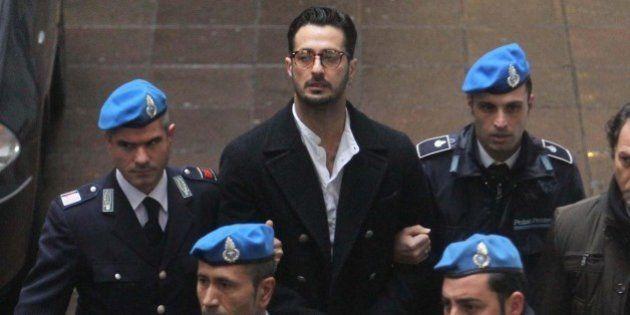 Fabrizio Corona scarcerato: l'ex re del fotogossip ha ottenuto l'affidamento ai servizi sociali della...