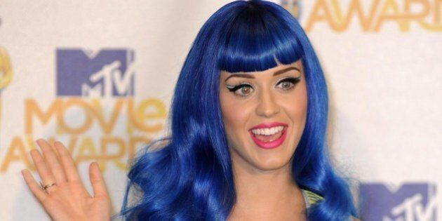 Ragazza con i capelli blu viene cacciata dalla scuola delle suore. I genitori presentano denuncia ai