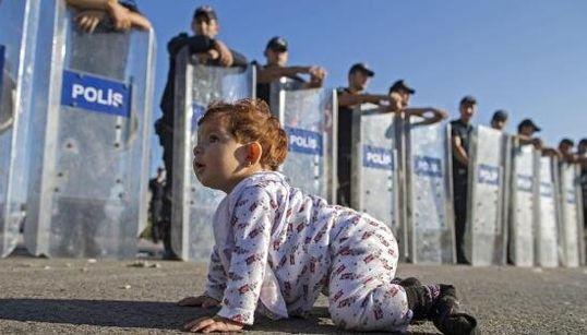 Baby profuga gattona davanti agli agenti con gli