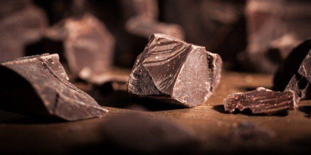 Mangiare cioccolato migliora le funzioni del cervello. Lo studio pubblicato su