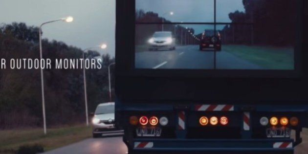 I Tir non saranno più un ostacolo alla visibilità: un maxi-schermo sul posteriore mostrerà cosa accade