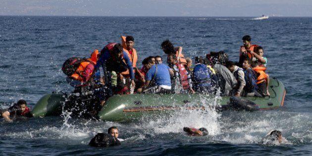 Profughi: 30 dispersi a Lesbo, scontro gommone traghetto nell'Egeo: 13 morti. In Croazia 21mila arrivi...