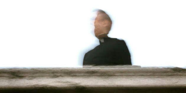Le spese folli del prete con i soldi della Caritas: un benefattore lascia 14 milioni, lui li spende in...