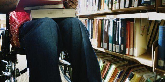 Non parla e non si muove ma diventa dottore. La storia di Simone Gioia, studente paraplegico dell'università...