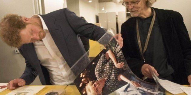 Il principe Harry si commuove di fronte alla foto di sua madre, Lady D: