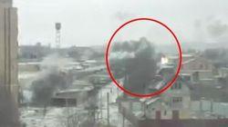 Una donna di Kramatorsk filma il bombardamento e piange