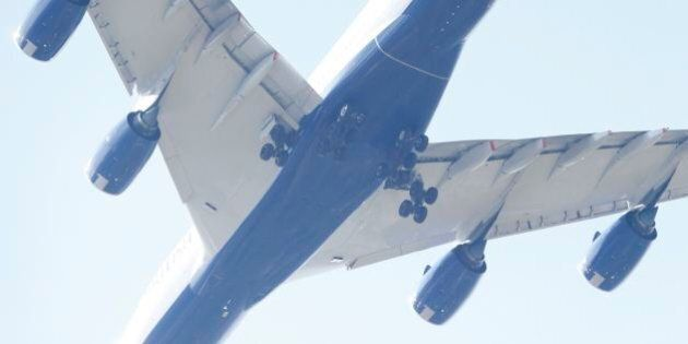 Migranti nascosti nel carrello di un volo British Airways dal Sudafrica. Uno si schianta sul tetto di...