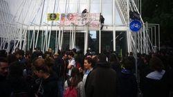 Due attivisti salgono sull'Expo Gate con striscione: