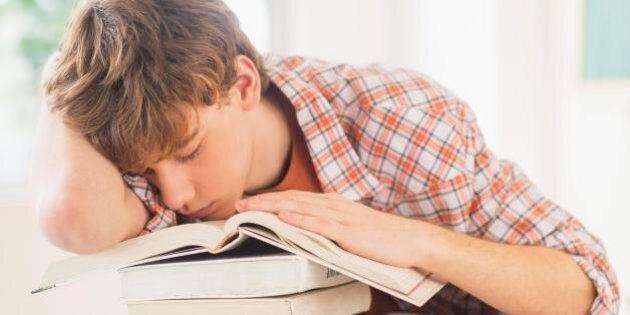 Dormire poco rende meno intelligenti: secondo la scienza fare le ore piccole fa male al cervello degli...