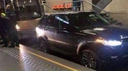 Range Rover sui binari della metro a Bruxelles. Il conducente: