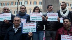 La rabbia contro il palazzo delle vittime del salva-banche
