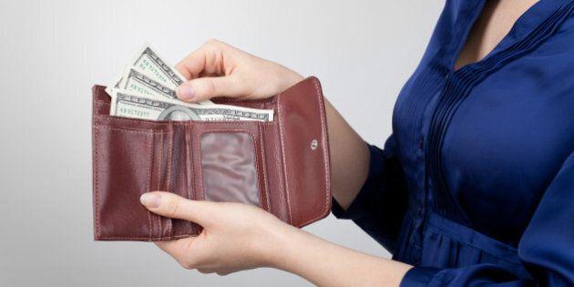 Disoccupata restituisce portafoglio con 500 euro e rifiuta la ricompensa. Il proprietario: