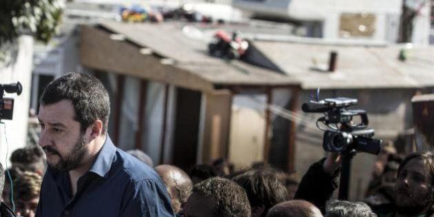 Cartelli di benvenuto per Salvini al campo rom. E lui: