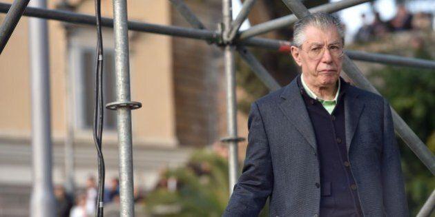 Lega, Umberto Bossi contro Matteo Salvini e la svolta nazionale. Confermato presidente a vita, ma con...
