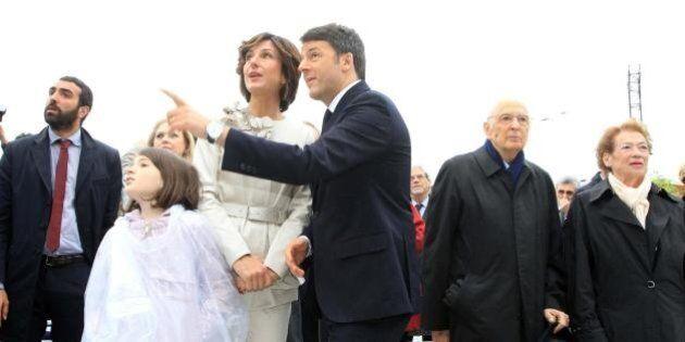 Agnese Renzi all'Expo in tailleur color madreperla. La first lady con il marito e la figlia Ester per...