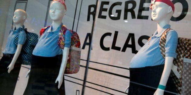 Manichini di bambine incinte in un centro commerciale di Caracas: la campagna shock di due associazioni...