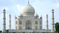 Cade dal Taj Mahal e muore: il turista voleva scattare un