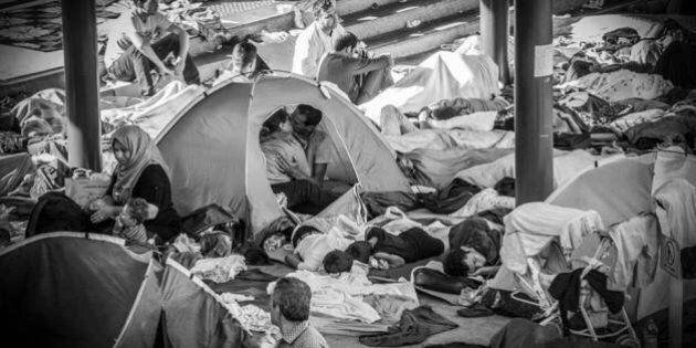 Il bacio dei profughi innamorati nella tenda: