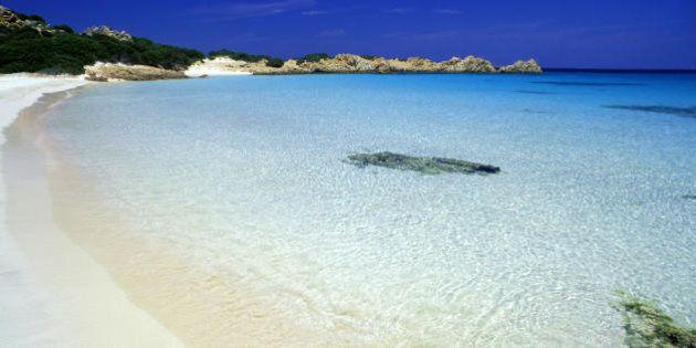Ruba i preziosi granelli della Spiaggia Rosa e dopo 29 anni li restituisce: