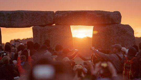 Decine di migliaia a Stonehenge per l'alba del giorno più