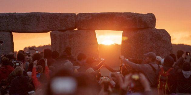 Stonehenge, solstizio d'estate. Decine di migliaia di fedeli della religione pagana e druida festeggiano...