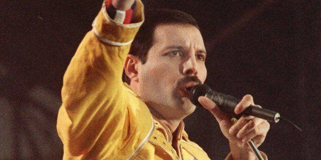 ARCHIV---Unser Archivbild vom 20. Juli 1986 zeigt den Leadsaenger der Popgruppe Queen bei einem Open-Air-Konzert...