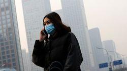 Pechino soffoca nello smog. Dichiarato l'allarme rosso: scuole chiuse e stop ai