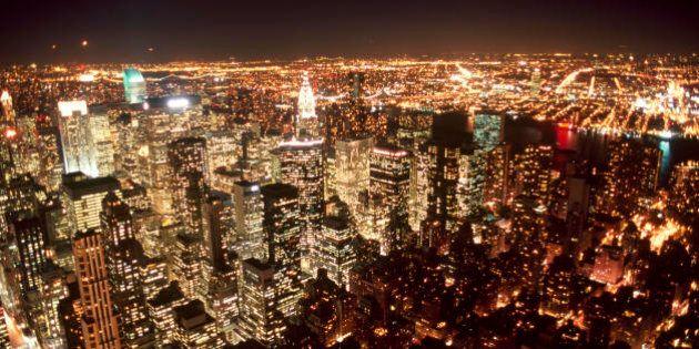 New York spegne il suo skyline per risparmiare energia. Di notte grattacieli al buio in nome della sostenibilità
