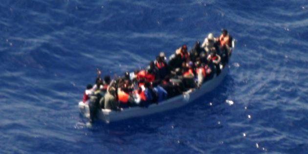 Sparatoria su un gommone al largo della Libia: un migrante morto e uno ferito