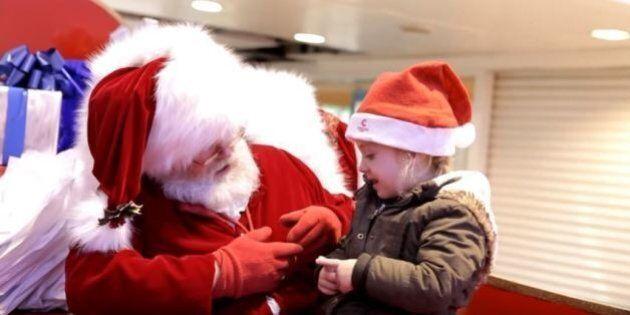 Babbo Natale parla ad una bambina sorda con il linguaggio dei segni