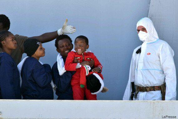Un piccolo migrante batte il cinque al suo soccorritore: il lieto fine è racchiuso in un