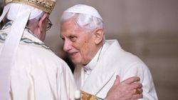 L'abbraccio tra Papa Francesco e il Papa emerito benedice il