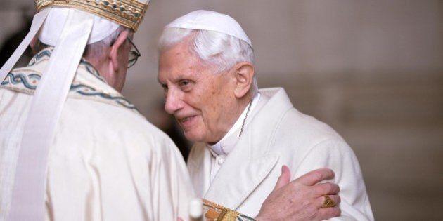 Giubileo della Misericordia, Francesco abbraccia Ratzinger. Il Papa emerito è il secondo a varcare la...