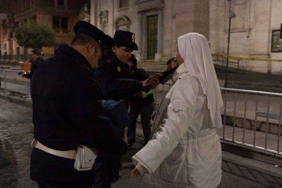 Anche questo è il Giubileo: ladri travestiti da poliziotti, falsi rosari, l'altoparlante della metro...