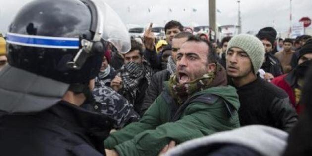 Migranti, la rivolta della giungla pronta ad esplodere: quella di Calais e quella diplomatica fra i paesi