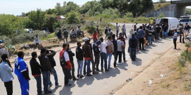 Calais, sciopero del personale marittimo: migranti tentano di salire sui tir diretti verso la Gran