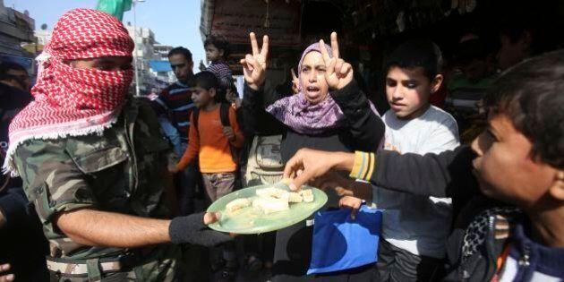 Gerusalemme, attacco a sinagoga: morti 4 fedeli ebrei. A Gaza Hamas distribuisce dolci in segno di