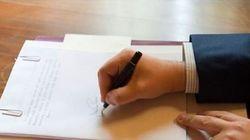 Renzi firma l'Italicum e posta la foto su