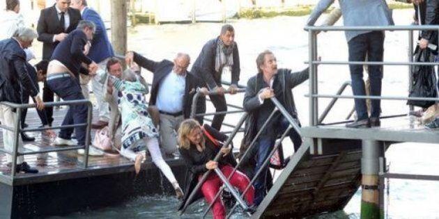 Venezia, cede la passerella: vip nel Canal Grande. Incidente al cocktail per la Fondazione Prada
