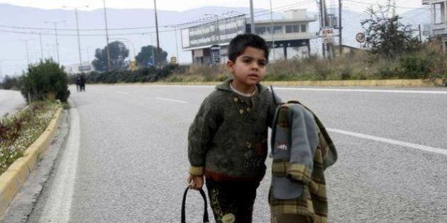 Grecia, il bimbo profugo a piedi in autostrada. Otto ore per raggiungere la frontiera (chiusa) della