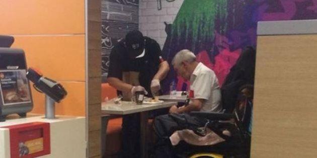 Lascia la cassa per aiutare un tetraplegico a mangiare il suo pasto: il gesto commovente di un dipendente...