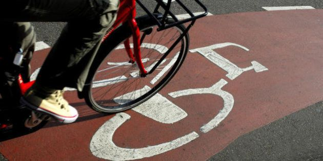 Andare in bici fa bene alla salute, al portafoglio e all'ambiente ma non solo: i dati in un rapporto