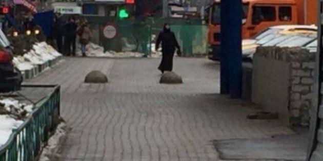 Mosca, in mano la testa mozzata di una bimba mentre urla
