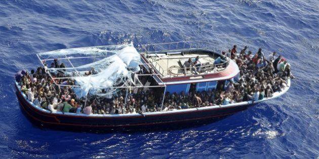 Migliaia di migranti in fuga dalla Libia verso l'Europa.